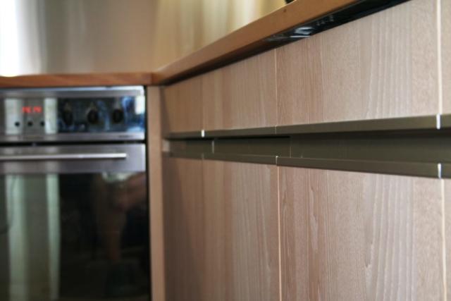 Küche Esche, Dreischicht, mit Griffleisten