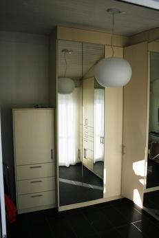 Schrank aus beschichteter Spanplatt mit Spiegeltüren