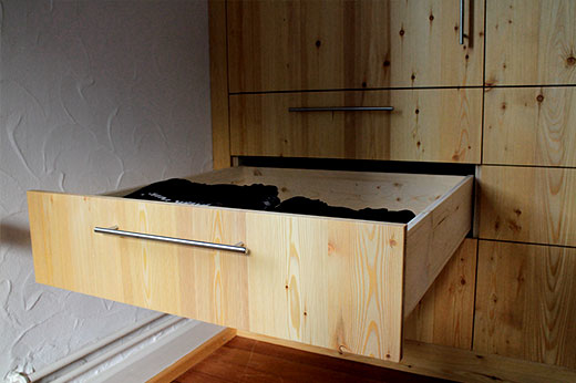 Schrank mit Kleiderlift und Schubladen
