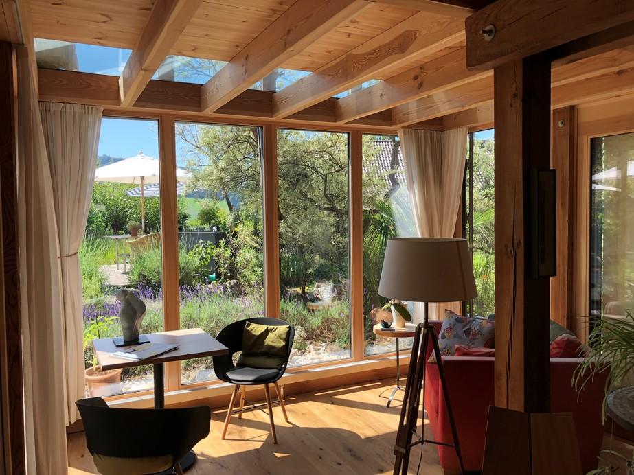 sichtbarer Holzkonstruktion mit heimischen Föhrenbalken neu